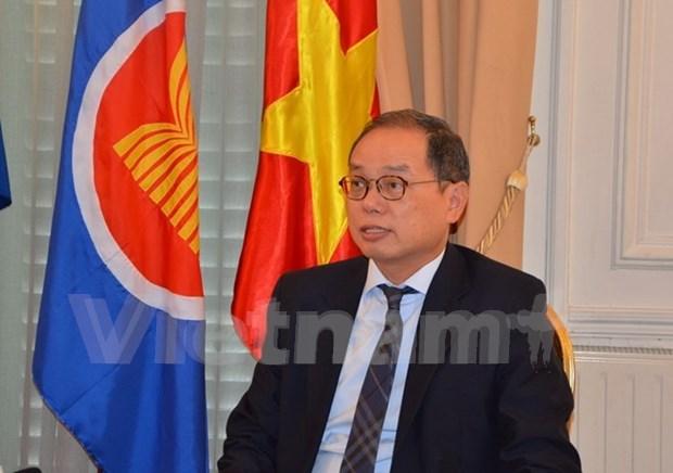 Embajador vietnamita recibe insignia de localidad francesa hinh anh 1
