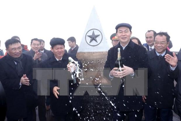 Presidente de Vietnam alza bandera nacional en pico Fansipan hinh anh 1