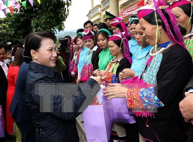 Presidenta del Parlamento entrega regalos a pobladores de provincia nortena por el Tet hinh anh 1