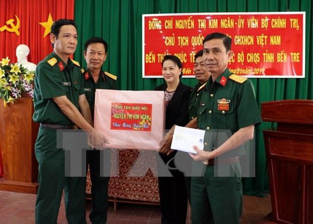 Presidenta del Parlamento obsequia regalos a personas desfavorecidas hinh anh 1