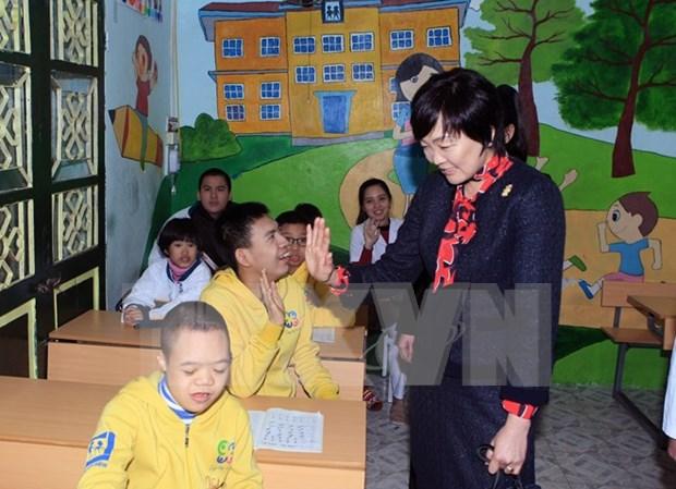 Dama de premier japones visita hospital de Rehabilitacion en Hanoi hinh anh 1