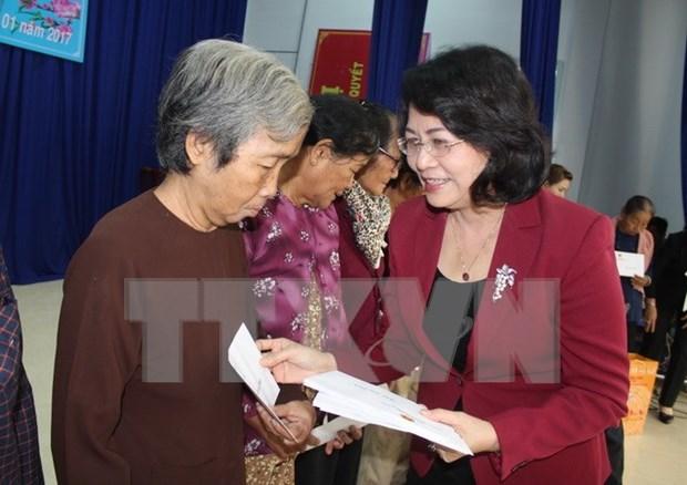 Vicepresidenta de Vietnam obsequia regalos a necesitados hinh anh 1