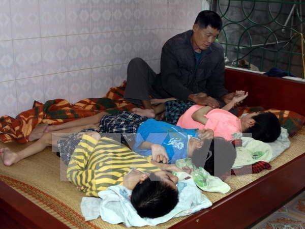 Ministerio de Defensa de Vietnam ayuda a victimas de Agente Naranja hinh anh 1
