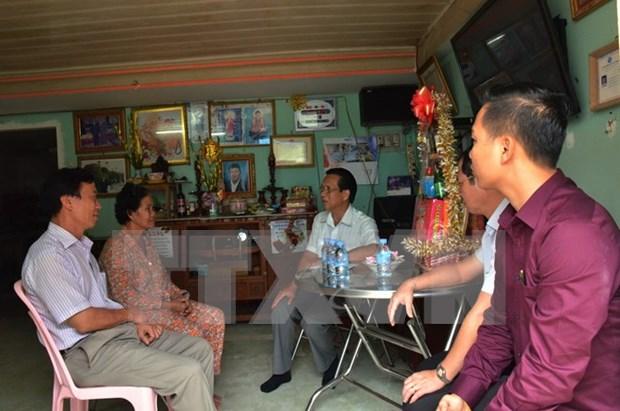 Presentan obsequios de Tet a familias vietnamitas-camboyanas en Phnom Penh hinh anh 1