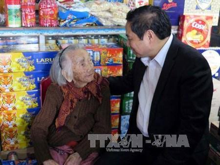 Dirigentes partidistas de Vietnam visitan varias localidades en ocasion de Tet hinh anh 1