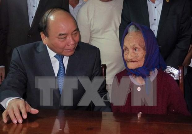 Premier vietnamita visita a madres heroicas en ocasion del Tet hinh anh 1