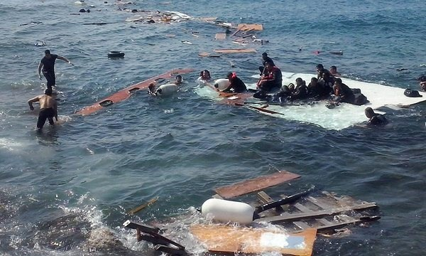 Nueve muertos y 30 desaparecidos tras naufragio en Malasia hinh anh 1