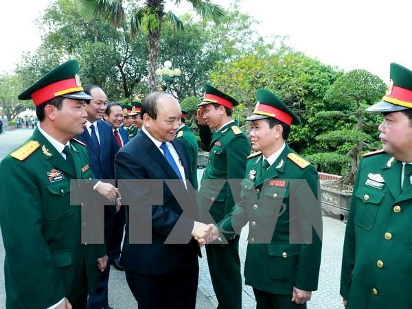 Premier vietnamita sostiene reuniones de trabajo con fuerzas miliar y policial hinh anh 1