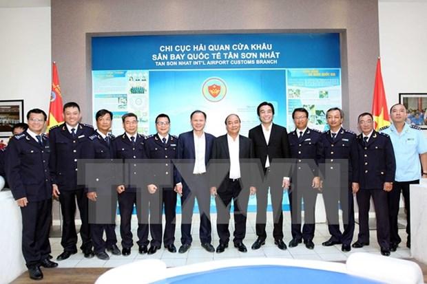 Premier examina actividades aduaneras en aeropuerto de Tan Son Nhat hinh anh 1
