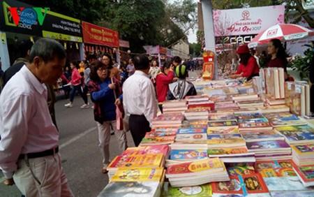 Abre puertas calle de libros en Hanoi hinh anh 1