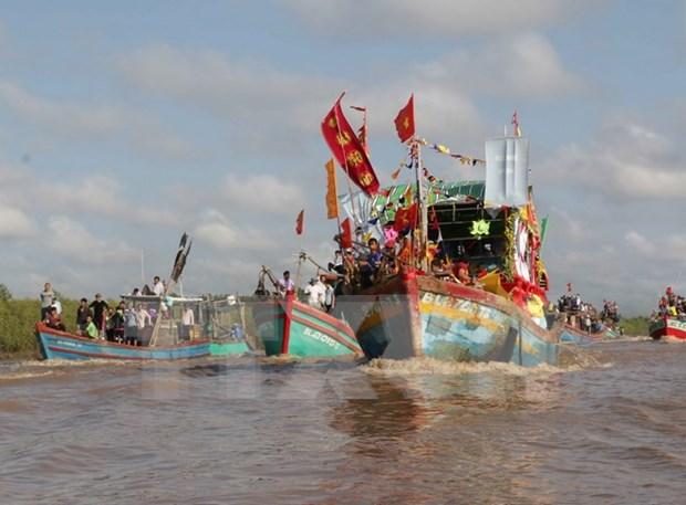 Miles de visitantes asisten al rito dedicado al dios de los peces en Vietnam hinh anh 1