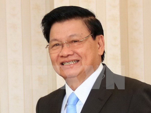 Premier laosiano llega a Vietnam para reunion del comite intergubernamental hinh anh 1