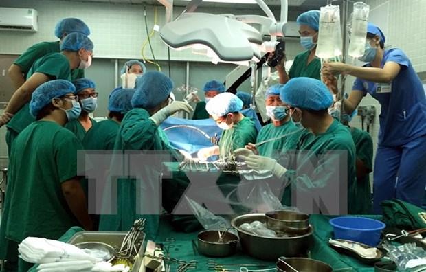 Realizan en Vietnam primer trasplante de pulmon con donantes vivos hinh anh 1