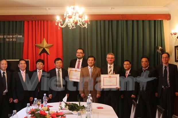 Vietnam otorga sello conmemorativo a politicos checos hinh anh 1