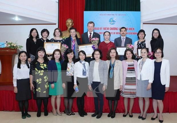 Expertos extranjeros distinguidos por contribucion al progreso de mujeres vietnamitas hinh anh 1