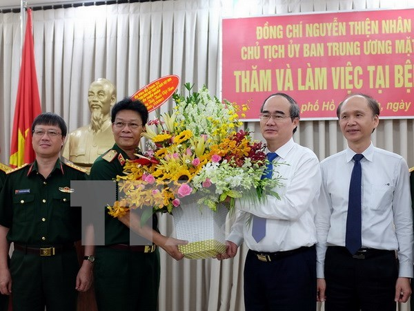 Reconocen aportes de los medicos y empleados de salud en Vietnam hinh anh 1