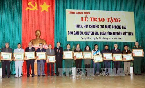 Laos honra a combatientes voluntarios vietnamitas hinh anh 1
