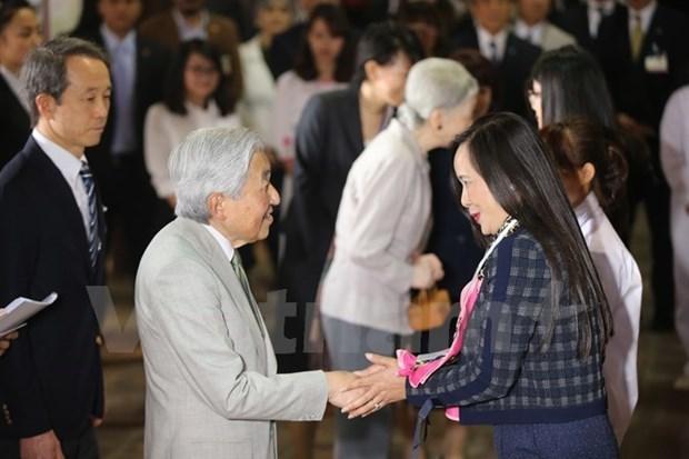 Emperador Akihito conversa con vietnamitas que estudiaron en Japon hinh anh 1