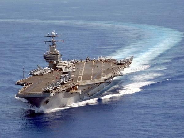 Ministros de Filipinas visitan el portaaviones estadounidense Carl Vinson hinh anh 1