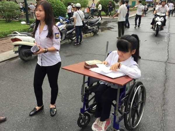 Expremier de Japon obsequia sillas de ruedas a victimas de Agente Naranja hinh anh 1