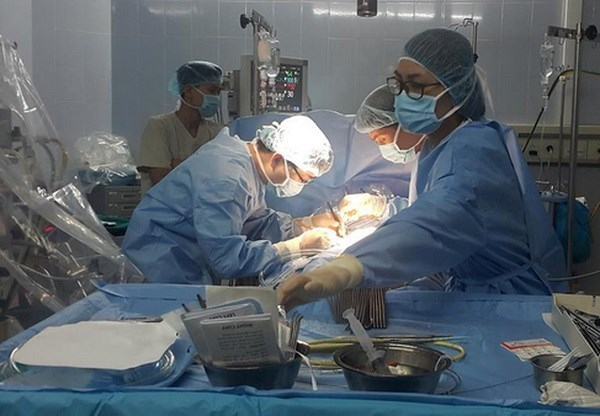 Hospital vietnamita destaca por exito en dificil tecnica de cirugia cardiovascular hinh anh 1