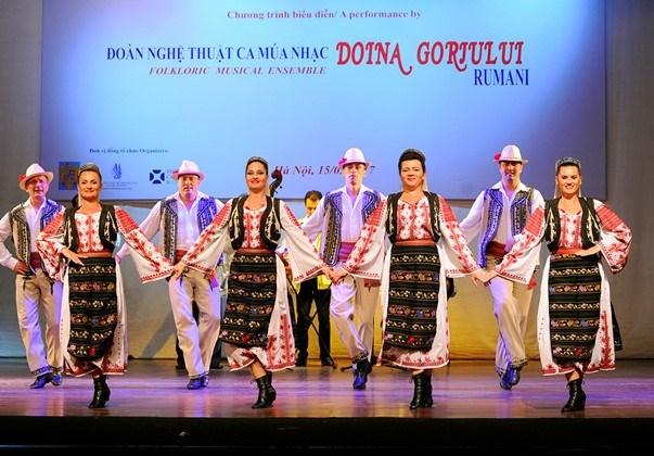 Efectuan velada de musicas y danzas populares de Rumania en Vietnam hinh anh 1