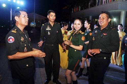 Oficiales jovenes vietnamitas y camboyanos fortalecen lazos hinh anh 1