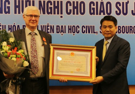 Vietnam honra al profesor frances con Orden de Amistad hinh anh 1