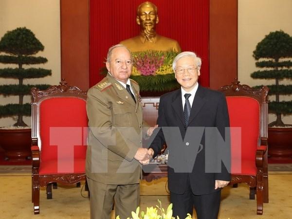 Lider partidista recibe a ministro cubano de las Fuerzas Armadas Revolucionarias hinh anh 1
