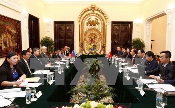 Vicecanciller vietnamita recibe a diplomaticos de Filipinas y China hinh anh 1