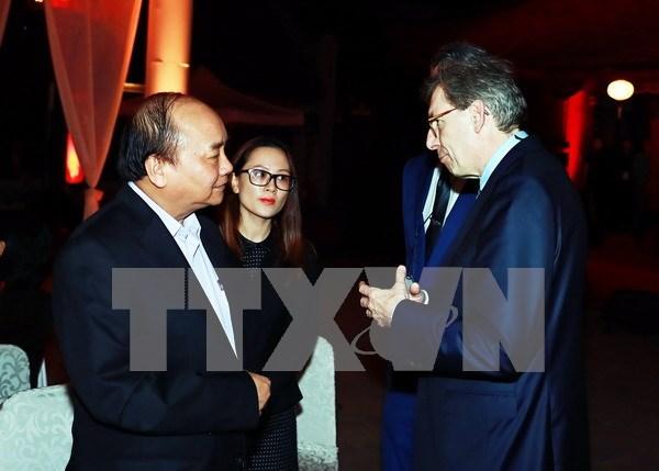 Premier vietnamita hace aparicion sorpresa en reunion de ejecutivos extranjeros hinh anh 1