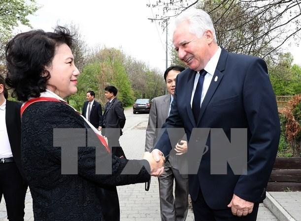 Presidenta del Parlamento vietnamita resalta nexos con Hungria hinh anh 1