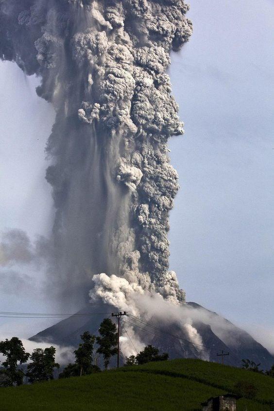 Volcan Sinabung en Indonesia entra en erupcion hinh anh 1