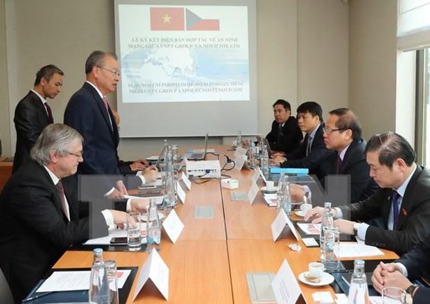 Firman Vietnam y Republica Checa memorando de colaboracion en informacion hinh anh 1