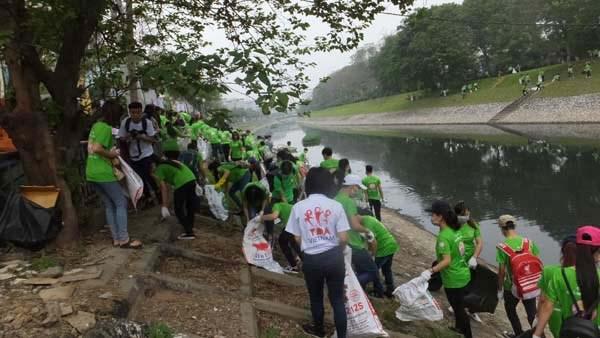 """Jovenes en Hanoi protegen medio ambiente en """"Domingo verde"""" hinh anh 1"""