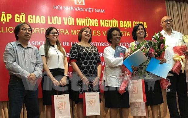 Escritores vietnamitas se reunen con periodista cubana Marta Rojas hinh anh 1