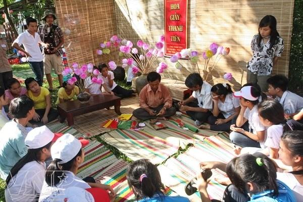 Amplia presencia de artesanos extranjeros en festival de oficios tradicionales de Hue hinh anh 1