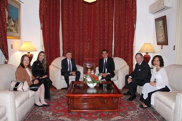 Conceden Medalla de la Amistad a ex-embajador argentino en Vietnam hinh anh 1