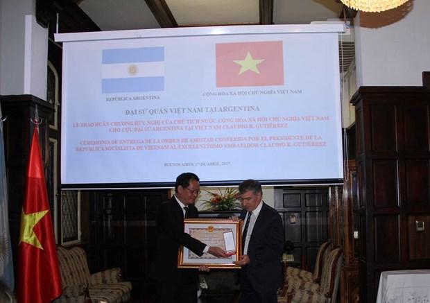 Conceden Medalla de la Amistad a ex-embajador argentino en Vietnam hinh anh 2