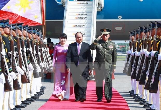 Premier vietnamita llega a Filipinas para XXX Cumbre de ASEAN hinh anh 1