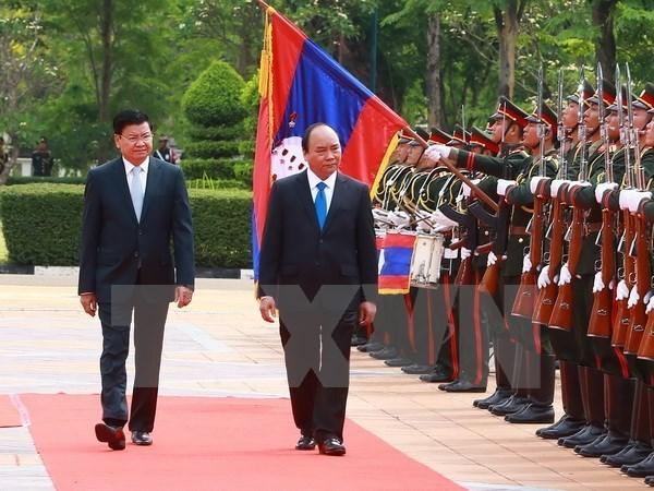 Prensa laosiana destaca visita del premier de Vietnam hinh anh 1