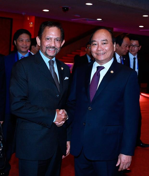 Premier de Vietnam y sultan de Brunei se reunen en marco de Cumbre de ASEAN hinh anh 1