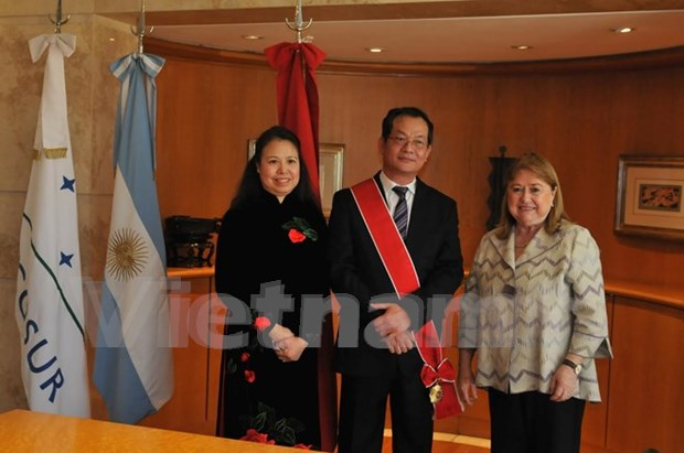 Argentina concede Orden de Mayo de Gran Cruz al embajador vietnamita hinh anh 1