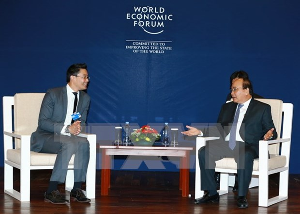 Premier de Vietnam continua intensa agenda de encuentros al margen del FEM hinh anh 1