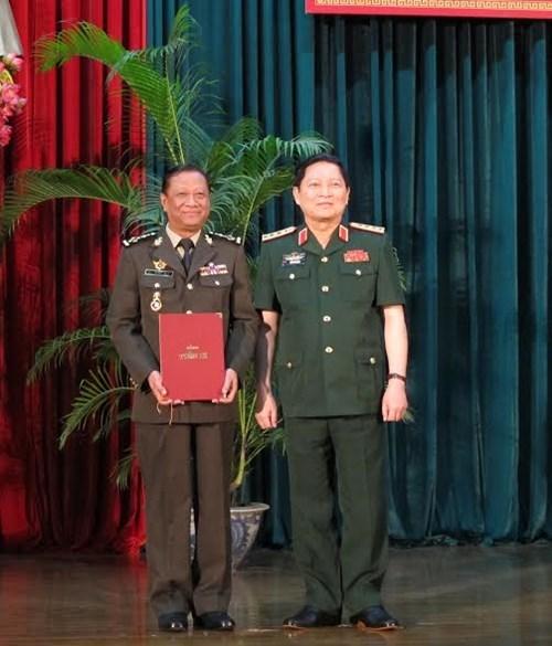Generales camboyanos obtienen titulos de doctorado en Vietnam hinh anh 1
