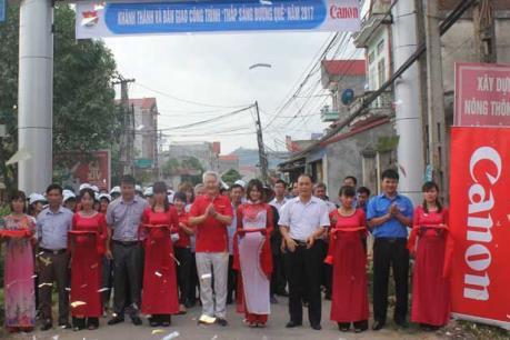 Canon ayuda a iluminar caminos en provincias vietnamitas hinh anh 1
