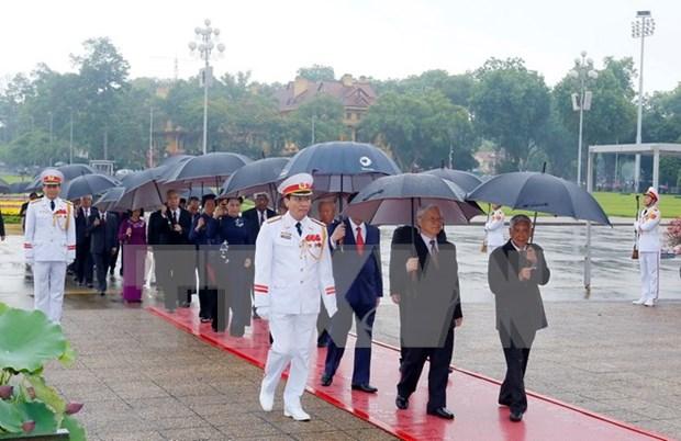 Lideres vietnamitas rinden tributo al Presidente Ho Chi Minh hinh anh 1