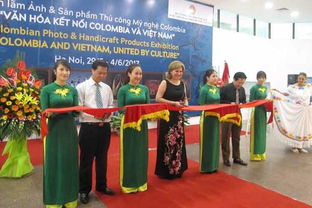 Inauguran en Vietnam exposicion de fotos y articulos artesanales de Colombia hinh anh 1