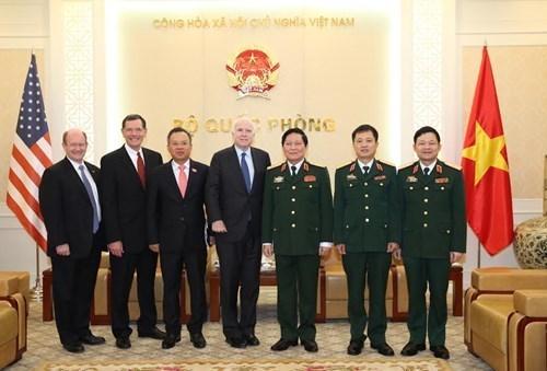 Ministro vietnamita elogia aportes de John McCain a lazos Vietnam- Estados Unidos hinh anh 1