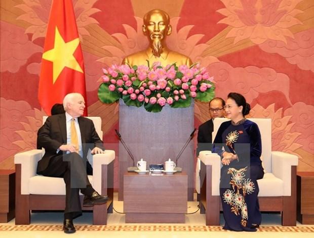 Presidenta del Parlamento de Vietnam recibe a senador estadounidense hinh anh 1